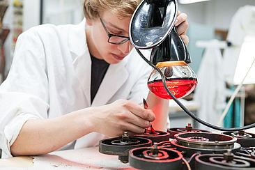 Student bearbeitet ein technisches Objekt im Labor